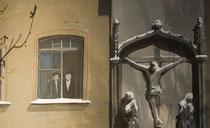 Aus dem Fesnster neben der Kreuzgruppe schauen zwei orthodexe Juden, Milieukrippe Lyskirchen