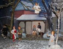 Das Jesuskind mit Maria und Josef, aber neben dem Stall gibt es auch die Narren des Karnevals zu sehen. Foto: Christin Otto