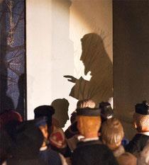 Der Schatten des Johannes am Jordan, alle ziehen zu ihm un getauft zu werden. (Milieukrippe Lyskirchen)