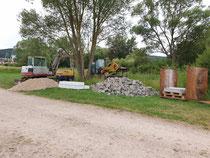 Baumaschinen und -material sind bereits vor Ort
