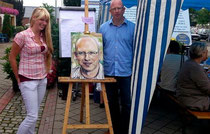 Bürgermeisterkandidat Dirk Rauschkolb mit Maleen Linke und Porträt