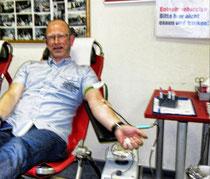 Bürgermeisterkandidat Dirk Rauschkolb beim Blutspenden