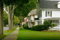 アメリカの典型的な住宅地の眺め。一番左に車道が見えます