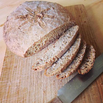 手作りのどっしり欧風パン。パンにこの白ゴマ油をつけると、小麦の味が引き立ちます♪