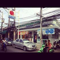 タイのファミリーマート。看板見えないほど電線だらけ(*_* ファミマは台湾にもあります;