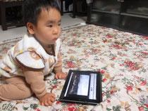 iPadで遊ぶ孫の祐希
