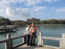 高雄清澄湖。後方の建物は高雄圓山大飯店。