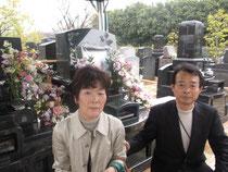 義父の遺骨を納めた墓の前で