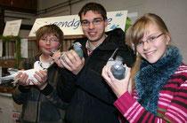 Lieblingstiere nahmen (v.l.) Dennis Bolm (14), Andreas Griese (16) und Natalie Schmid (14) aus dem Käfig. Sie gehörten zu den ausgestellten Tauben der Jugendausstellung.