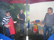 Das fleißige Grillteam bei der Arbeit (v.l. Heinz Hasselmeier, Joachim Freitag und Heinz Westphal)