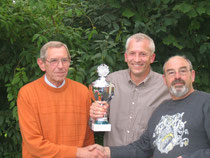 Können sich gemeinsam über Ihre Erfolge freuen (v.l.): Hermann Schlief, Martin Stiens (Jungtiermeister), Heinz Hasselmeier (1.Konkurssieger)