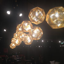 comment animer un dessus de table, une lumière dorée et multicomposée par un bouquet de suspensions