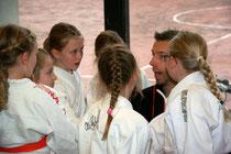 """Trainer Thomas Kahl beim """"Einheizen"""" der Bramfelder Judo-""""Kampfmädels"""""""