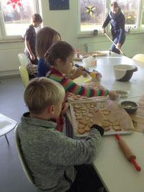 Weihnachtsbäckerei der Klasse 2a
