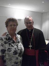 Gerda Albers mit Weihbischof Matthias König