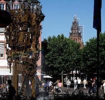 Vom Schillerplatz aus ist derzeit zumindest die Spitze des Doms gut zu sehen. Und wenn es nach dem Dombauverein geht, soll es auch so bleiben. Foto: hbz / Judith Wallerius