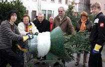 Mainz, 17.12.2011: Kardinal Karl Lehmann (3.v.l.) beim Weihnachtsbaumverkauf des Mainzer Dombauvereins; er wurde begrüßt von der Vorsitzenden des Dombauvereins, Sabine Flegel (2.v.r.)  © Bistum Mainz / Matschak