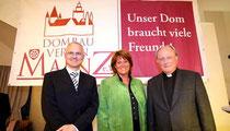 Sabine Flegel, neue Vorsitzende des Dombauvereins, wurde gestern mit überwältigender Mehrheit gewählt. Auch Bernd Koslowski, Mitglied der Geschäftsleitung der Verlagsgruppe Rhein-Main (l.), und Domdekan Heinz Heckwolf gratulierten.Sascha Kopp