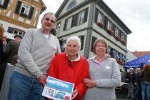 Elisabeth Haag mit Sohn Helmut und Tochter Silvia Weimer freut sich über den Sieg ihres Hauses am Schönbornplatz 4. Foto: hbz/Stefan Sämmer