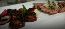In Balsamico geschmorte Zwiebeln und gegrilltes Roastbeef mit Zitrone , Olivenöl und Parmesan