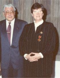 Elfriede Pick mit dem Kölner OB Norbert Burger, anlässlich der Verleihung des Bundesverdienstkreuzes Foto: equ