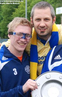 Christian Müller (links; hier mit Fan Björn Nichau) wurde 2012 mit dem VfL Bezirksliga-Meister und wechselte dann nach Firrel.