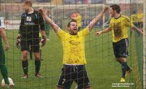 Henk Bakker bejubelt seinen Treffer zum 4:0