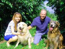 農園オーナーのMika & Kennyと愛犬のSandy & Candy