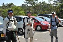 名護岳の資源調査へ向かう3人(左から、古網主任、阿部係長、宮里専門職員)