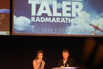 Adriane Gamper und Diego Clara moderieren die Siegerehrung des Ötztaler Radmarathons 2013