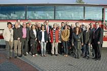 Die komplette Gruppe vor dem Reisebus