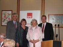 Holger Ansmann, Karin Evers-Meyer und Volker Block zusammen mit Herta Hellmann, die seit 65 Jahren in der SPD Wilhelmshaven aktiv ist.