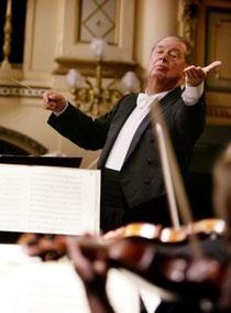 Rafael Frühbeck de Burgos dirige a la Dresdner Philharmonic Orchestra. / REUTERS