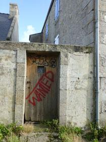 La « prison » de l'île de batz, dans son état actuel, le tag est pertinent pour une porte de prison !