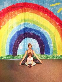 Ivonne mit ihrem Töchterchen, der Yoga natürlich auch schon Spaß macht.