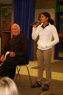 Pater Beda und Duca in der Grundschule in Billmerich
