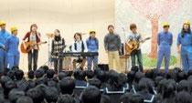 absorbの演奏に合わせ、作業服姿の教師バンドのメンバーと 会場の生徒たちが「桜ノ雨」を歌った=貝塚市立第二中