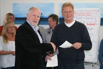 Benedikt Mies erhält vom Vorsitzenden des Bottroper Sportbund, Dr. Peter Scheidgen, die Managerlizenz.