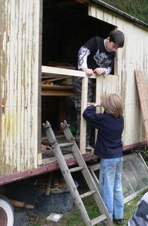 Alexander und Lars arbeiten am Bauwagen