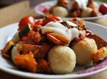 Bulgur Köftesi mit Gemüse-Ragout
