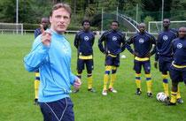 Antoine Hey mit Fußballspielern