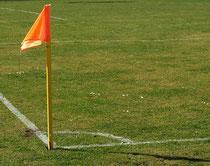 Eine Eckfahne auf einem Fußballplatz