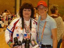 Die Amerikanerin und ich, das Bild um ihren Hals zeigt ihren Sohn, der durch eine Organspende 5 Menschen das Leben rettete!