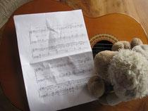 Klein-Renate mit Noten und Gitarre