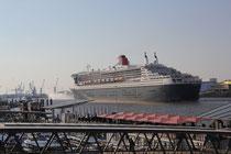 Einfahrt der Queen Mary 2 in Hamburg