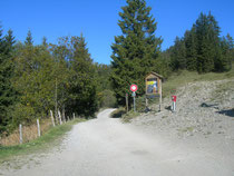 Die Wanderung beginnt am Ende des Parkplatze Ibergeregg