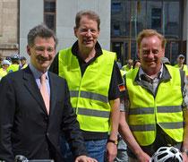 Die Abgeordneten Gero Storjohann (m.) und Ingo Gädechens (re.) mit dem Bundestagsvizepräsident Dr. Hermann Otto Solms beim Start vor dem Reichstagsgebäude