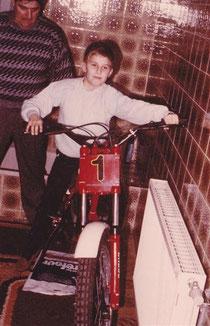 1985: adaptierte Fantic 50 als Weihnachts-geschenk im Badezimmer, Vater Herbert sützt zur Sicherheit das Moped. Archiv Adamec.