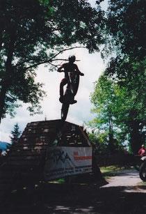 2000: Show Kirchberg, im Sprung von dieser 2,3m hohen Rampe. Archiv Adamec.