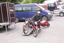 7 Stunden Heimreise: BernHard wEichenBerger mit Jawa Gespann. Image: Roland Georgieff